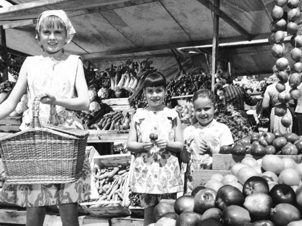 Marketplace, Louisa, Marta, Gretl